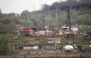 Pylônes en plein milieu de jardins près de la frontière à Esch Grenz